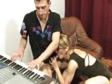 Učitelka hudební výchovy mrdá se studentem