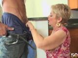 Nadržená zralá panička zatouží po sexu s poslíčkem