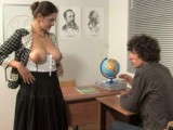 Učitelka před studentem vytasila svoje prsa