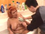 Nezkušený kluk přijde umýt záda starší ženě