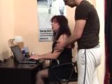 Zralá sekretářka mrdá se synem svého šéfa