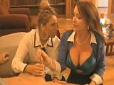 Dvě sexy maminy mu ukazujou, jak se používá kondom