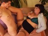 Starší ženská nastaví mladíkovi svou chlupatou kundu – české porno