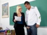Nadržená učitelka souloží se studentem – Holly Sampson