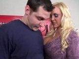 Blonďatá kozatá MILF si zašuká s opravářem