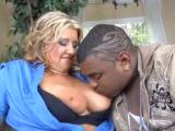 Černoch protáhne kundu mrduchtivé prsaté mamině
