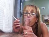 Vášnivá kuřačka v brýlích