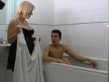 Baculatá nevlastní máma přijde synáčkovi umýt záda