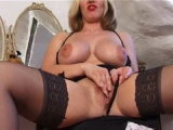 Nadržená sexy mature v podvazkách si užije