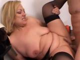 Zralá ženská si nechá vyprcat svou kundičku