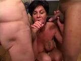 Parta chlápků ošuká jednu maminu