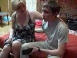 Ruská máma zaučí nezkušeného kluka