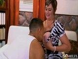 Zkušená ženská si zařádí s mladším chlápkem