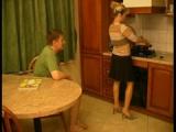 Neodbytný mladík opíchá nevlastní mámu v kuchyni