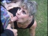 Zralá ženská šoustá s dvěma muži v parku