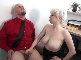 Zralá prsatá ženská mu vyhoní péro v kanceláři
