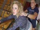 Pořádně ojel zralou ženu u schodiště