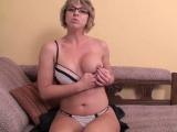 Sexy mamina předvádí svoje dokonalý kozy a kundičku