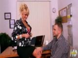 Mature blondýnka se nechá přefiknout v kanceláři