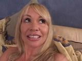 Mladík si zapíchá s náruživou sexy maminou