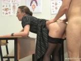 Učitelka ukazuje studentovi, jak vypadá vagína