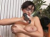 Kuřba od ženy s velkýma přírodníma kozama