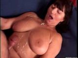 Mature ženská si nechá postříkat svoje přírodní prsa