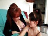 Bisexuální mamina zaučuje nezkušenou osmnáctku