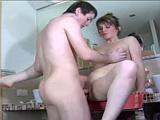Mladík šmíruje mámu své přítelkyně v koupelně