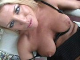 Sexy MILF Chelsea Zinn si zašuká před svým domem