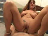 Přírodní prsatá mamina to má ráda do kundy i do análu