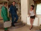 Nadržená ženská podvede manžela s dělníky